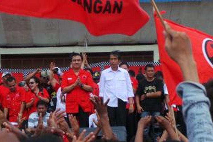 Gubernur DKI Joko Widodo di Stadiun Cenderawasih, Cengkareng, Jakarta Barat. Minggu (16/3/2014).