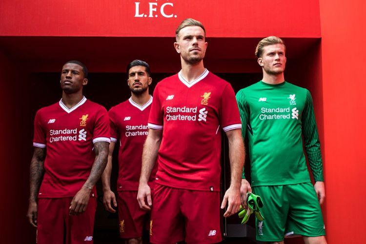 Para pemain Liverpool mengenakan kostum baru untuk musim 2017-2018. Kostum itu pun memiliki nuansa 125 tahun klub yang berjulukan The Reds tersebut.