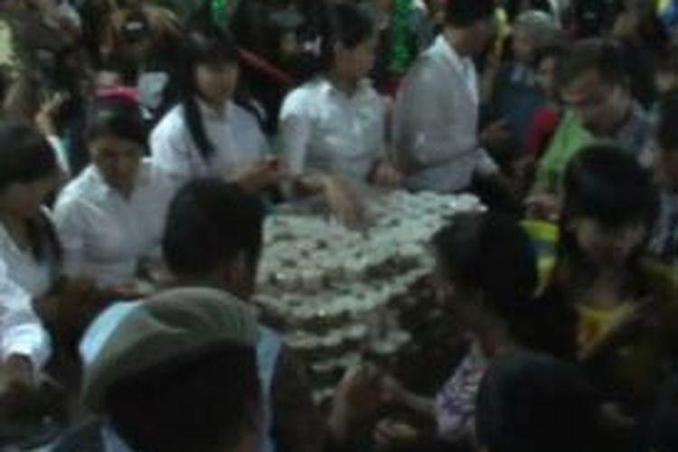 Setelah diumukan bahwa adanya pembagian makanan tradisional secara gratis seluruh pengunjung langsung menyerbu Stand Babae, sempat para pelayan kewalahan akibat dari membludaknya permintaan untuk mendapatkan makanan tradisional ini