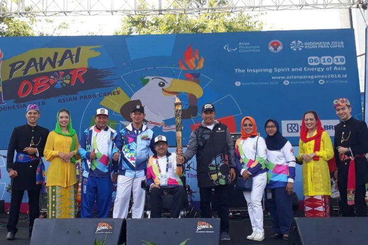 Menpora Imam Nahrawi didampingi oleh Ketua Inapgoc Raja Sapta Oktohari, dan Presiden Asian Paralympic Committee Majid Rashed usai pawai obor berakhir di Kantor Kemenpora, Jalan Gerbang Pemuda, Jakarta Pusat, Minggu (30/9/2018).