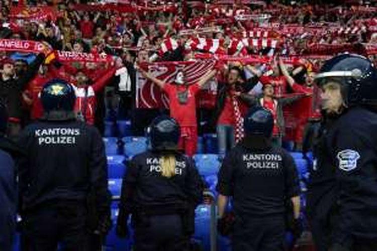 Para polisi berjaga-jaga di hadapan pendukung Liverpool, pada laga final Liga Europa antara Liverpool dan Sevilla di St Jakob Park, Basel, 18 Mei 2016.