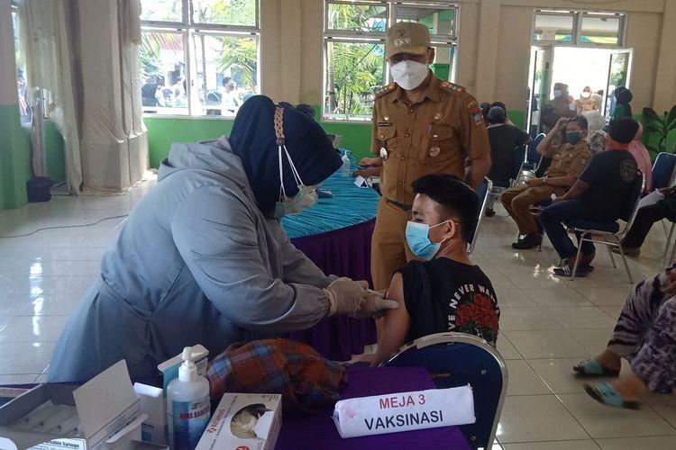 Remaja 13 tahun, Andi divaksin disaksikan Camat Lubuk Begalung Padang, Heriza Syafani, Selasa (3/8/2021)