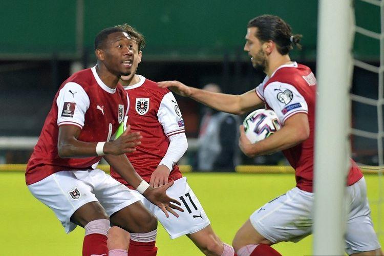 Bek Austria Aleksandar Dragovic (kanan) merayakan gol dengan bek Austria David Alaba selama pertandingan sepak bola kualifikasi Piala Dunia Qatar 2022 Austria vs Kepulauan Faroe di Wina, pada 28 Maret 2021.
