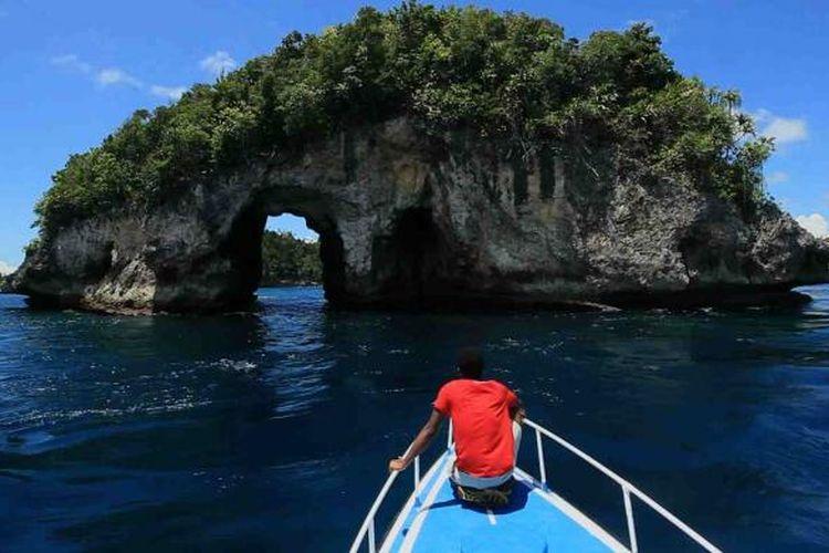 Sebuah pulau kecil dengan lubang di tengahnya bisa dijumpai sebelum masuk ke kawasan Kepulauan Wayag, Raja Ampat.