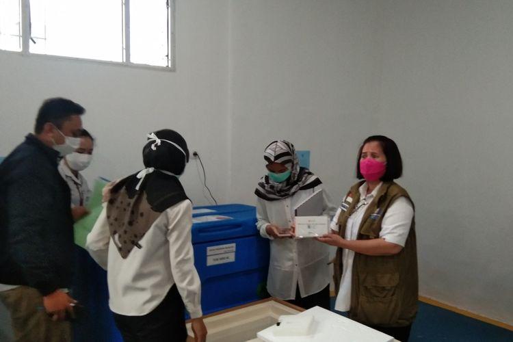 Pemkab Karawang menerima 19.600 vial vaksin Sinovac, Rabu (27/1/2021). Vaksin tersebut disimpan di gudan vaksin di Dinkes Karawang.