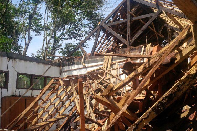 Bangunan SDN Perintis B yang ambruk di Desa Damarraja, Warungkiara, Sukabumi, Jawa Barat, Senin (28/5/2018).