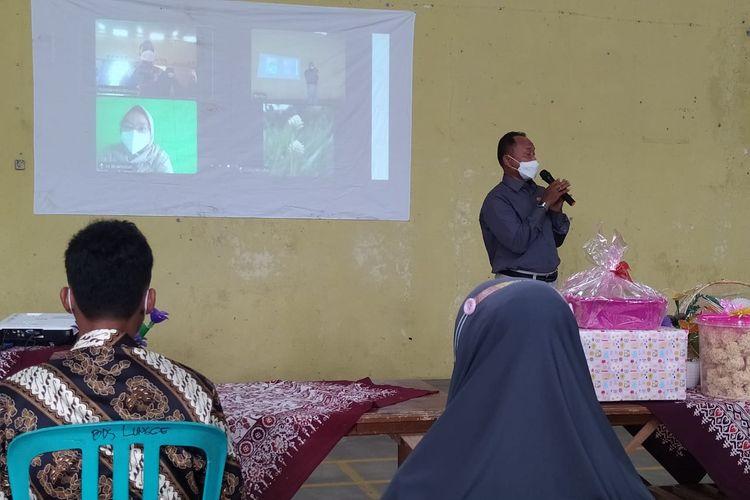 Prosesi lamaran di Balai Desa Lungge, Kabupaten Temanggung, Jawa Tengah, terpaksa digelar secara virtual lantaran gadis pujaan hati bernama Iit Wakhida (26) terkonfirmasi positif Covid-19.