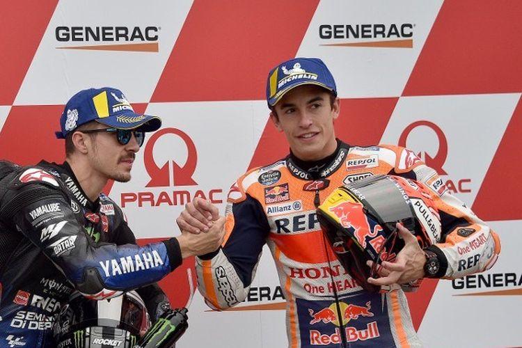 Maverick Vinales dan Marc Marquez bersalaman usai babak kualifikasi MotoGP pada MotoGP Australia 2019 di Sirkuit Phillip Island, 27 Oktober 2019.