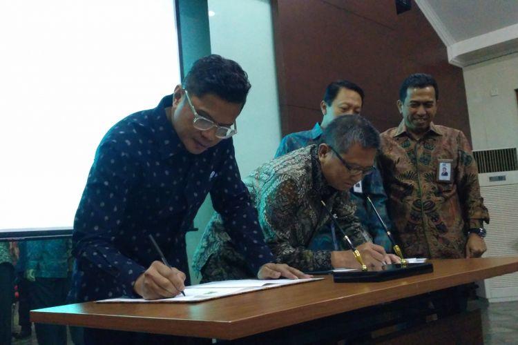 Pelaksana tugas Direktur Utama Askrindo Sabdono danDirektur Utama Garuda Indonesia Pahala N Mansury saat menandatangani perjanjian kerja sama di kantor Garuda Indonesia, Jakarta, Kamis (2/8/2018).