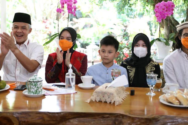 Gubernur Jawa Tengah Ganjar Pranowo menggelar open house virtual Idul Fitri 1442 H di rumah dinasnya, di Kota Semarang, Jawa Tengah, pada Kamis (13/5/2021).