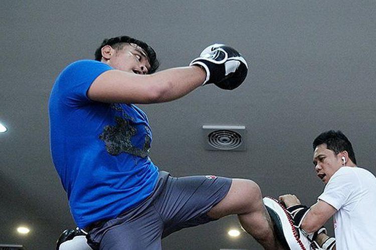 Aktivitas latihan Muaythai di Maximum MMA Wolter Monginsidi