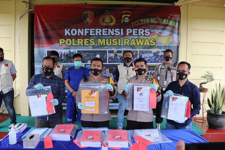 Polres Musi Rawas saat melakukan gelar perkara terkait kasus korupsi bantuan dana Covid-19, yang menjerat kepala Desa Sukowarno, Kecamatan Sukakarya, Kabupaten Musi Rawas, Sumatera Selatan, Selasa (12/1/2021).