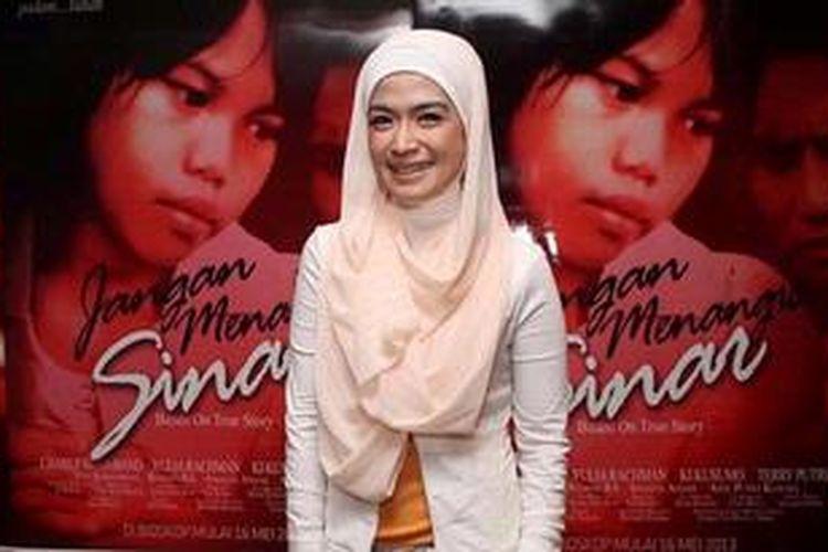Pemain film dan sinetron, Yulia Rachman saat ditemui pada pemutaran film Jangan Menangis Sinar yang turut dibintanginya, di Planet Hollywood, Jakarta Selatan, Senin (13/5/2013). Jangan Menangis Sinar adalah sebuah film yang diangkat dari kisah nyata. Bercerita tentang gadis cilik berusia 6 tahun di Polewali Mandar, Sulawesi Barat yang merawat sendirian ibunya yang lumpuh. TRIBUN JAKARTA/JEPRIMA