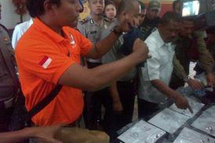 Polisi menunjukkan barang bukti penembakan oleh oknum TNI AU berinisial Kopral RBW yang terjadi di sebuah kosan di di Gang Narpan, Kelurahan Situ Saeur, Kecamatan Bojong Loa Kidul, Bandung, Jawa Barat, Minggu (6/10/2013).