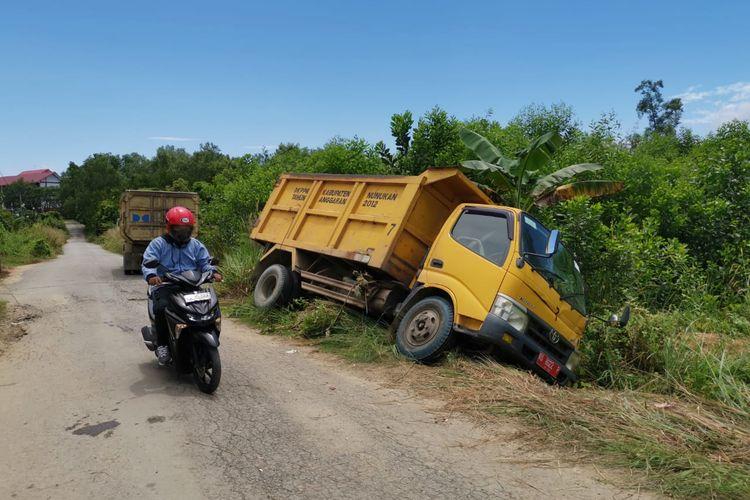 Mobil truck milik DLH Nunukan terperosok ke parit. Mobil yang dikemudikan KL (50) ini menabrak mahasiswi dan membuang korban begitu saja ke tengah perkebunan untuk menghilangkan jejak