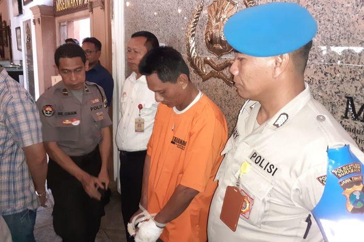 Maspuryanto, suami pembakar isteri diamankan di Mapolrestabes Surabaya, Kamis (17/10/2019)