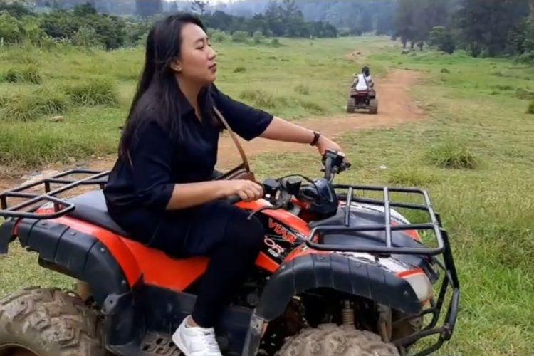Salah seorang pengunjung tengah menjajal ATV di area camping Bukit Golf, Cibodas, Cianjur, Jawa Barat.