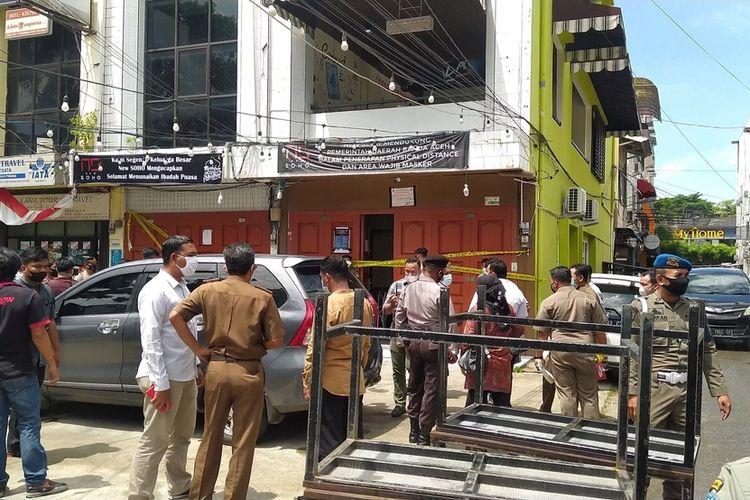 Satpol PP WH dan Polresta Banda Aceh menyegel salah satu kafe yang berada di kawasan Peunayong, Kecamatan Kuta Alam Banda Aceh karena melalukan kegiatan konser music dan berjoget ria pada saat malam bulan suci ramadhan.