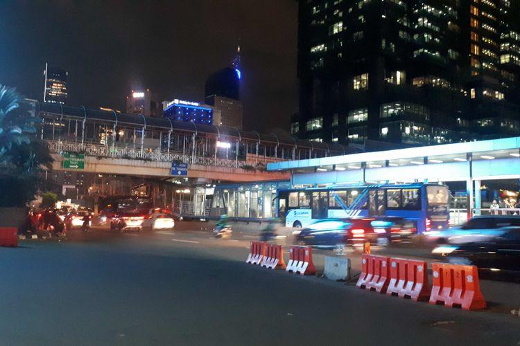 Jembatan penyebrangan orang (JPO) Tosari yang terhubung dengan Halte Transjakarta Tosari sudah mulai dibongkar. Foto diambil Jumat (14/12/2018).