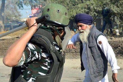 Foto Viral Polisi Pukul Petani Tua dalam Aksi Protes di India