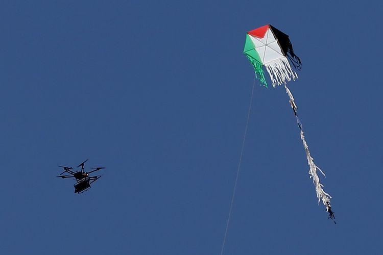 Drone Israel ketika terbang di dekat layang-layang yang dijadikan bom oleh demonstran Palestina dalam bentrokan Senin (14/5/2018). Drone itu menangkal bom layang-layang, dan juga menjatuhkan gas air mata ke arah pengunjuk rasa.