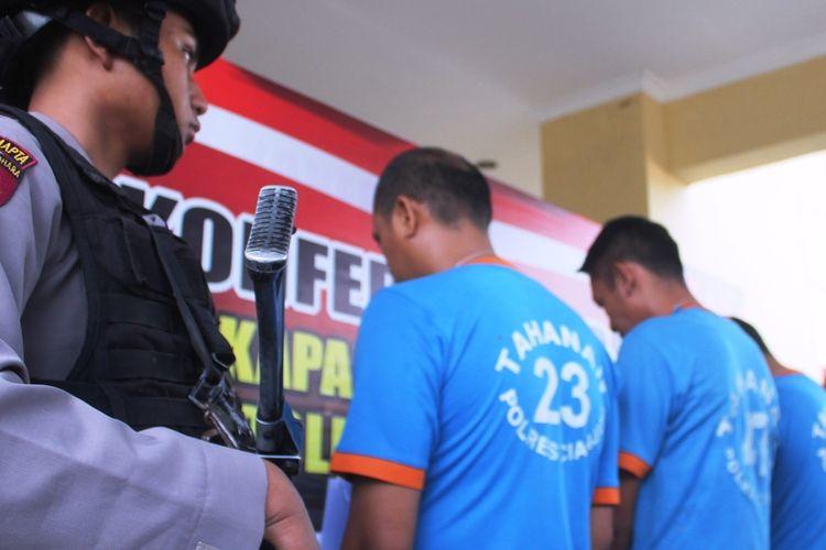 Tiga oknum pegawai RSUD Pagelaran Cianjur, Jawa Barat, dan seorang sales alkes dijadikan tersangka kasus dugaan pencurian ratusan boks masker dari gudang farmasi rumah sakit setempat.