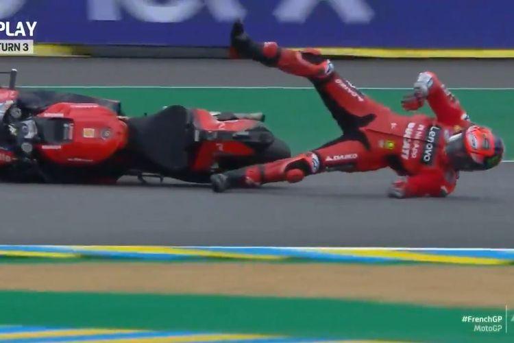 Pemimpin klasemen Kejuaraan Dunia 2021, Pecco Bagnaia, mengalami crash lowside di Tikungan 3 Sirkuit Le Mans pada sesi FP2 MotoGP Perancis 2021, Jumat (14/5/2021) malam WIB.