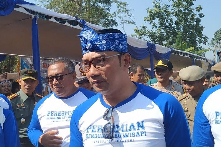 Gubernur Jawa Barat Ridwan Kamil (tengah) saat menuju lokasi peresmian Bendung Leuwisapi di Kecamatan Warungkiara, Sukabumi, Jawa Barat, Sabtu (31/8/2019).