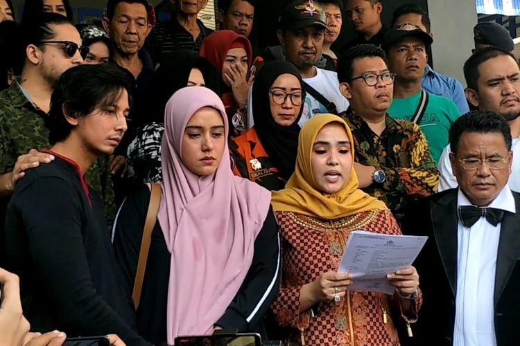 Sonny Septian, Fairuz A  Rafiq, Rani Fadh A Rafiq dan Hotman Paris saat mendatangi Polda Metro Jaya, Jakarta Selatan, Senin (1/7/2019).