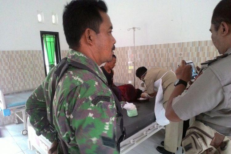 DIRAWAT --Seorang korban pembacokan satu keluarga di Desa Dawung, Kecamatan Jogorogo, Kabupaten Ngawi, Jawa Timur, Selasa ( 26 / 9 / 2017).