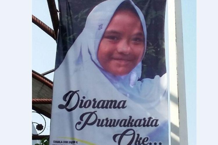 Poster berukuran 160x60 cm itu berisi foto anak sedang tersenyum. Tertera sebuah kalimat di poster itu yang menggambarkan tentang Purwakarta.