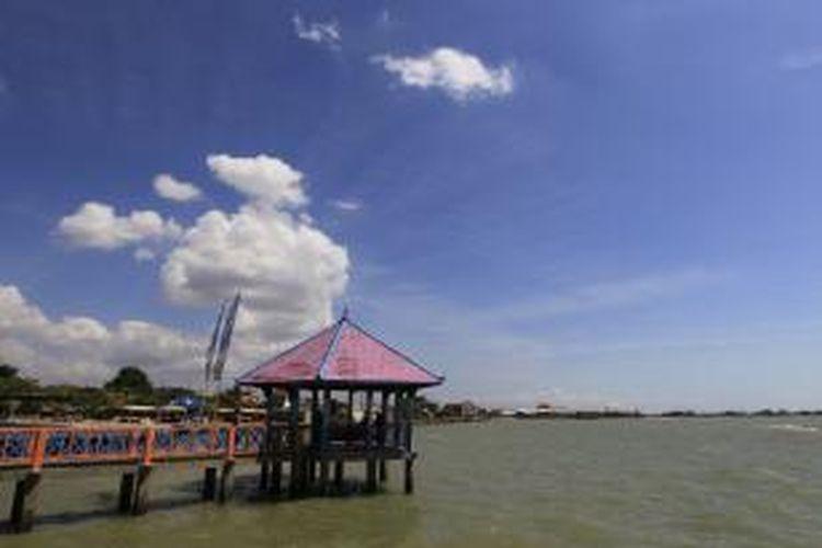 Pantai Kartini salah satu objek wisata di Rembang, Jawa Tengah, Jumat (8/7/2011). Di pantai ini juga terdapat penginggalan arkeologi berupa jangkar 'Dampo Awang' milik kapal armada China yang ditenggelamkan oleh Sunan Bonang.