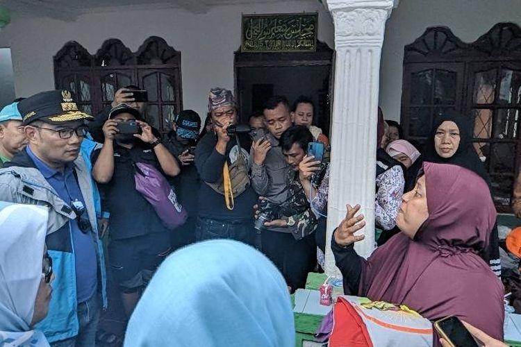 Gubernur Jawa Barat Ridwan Kamil (topi hitam) diceramahi warga Vila Nusa Indah di Posko Penanggulangan Bencana Bojong Kulur Kabupaten Bogor, Kamis (2/1/2020)