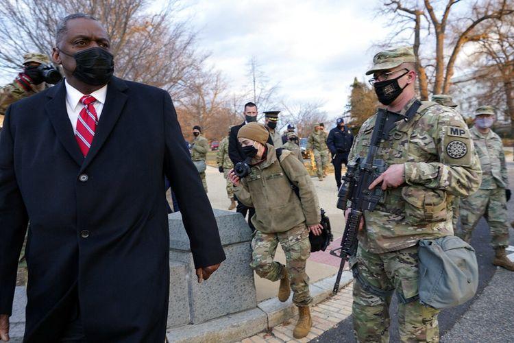 Menteri Pertahanan AS Lloyd Austin mengunjungi pasukan Garda Nasional yang dikerahkan di Gedung Capitol AS dan sekelilingnya pada Jumat (29/1/2021) di Capitol Hill, Washington DC, AS.