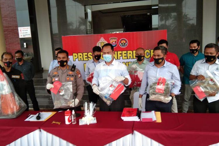 Polda Banten memperlihatkan barang bukti yang diamankan saat rusuh demo tolak omnibus law di Kota Serang,