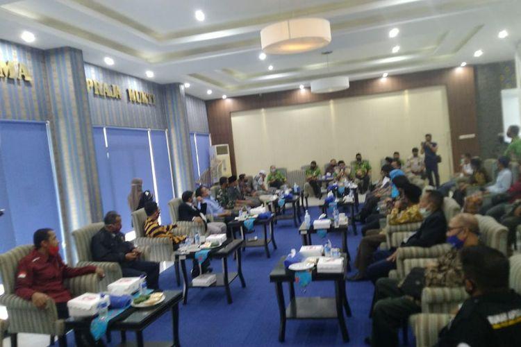 Pertemuan antara plt bupati Jember dengan beberapa elemen ormas yang menolak UU Cipta kerja di aula Pemkab  Selasa (13/10/2020)