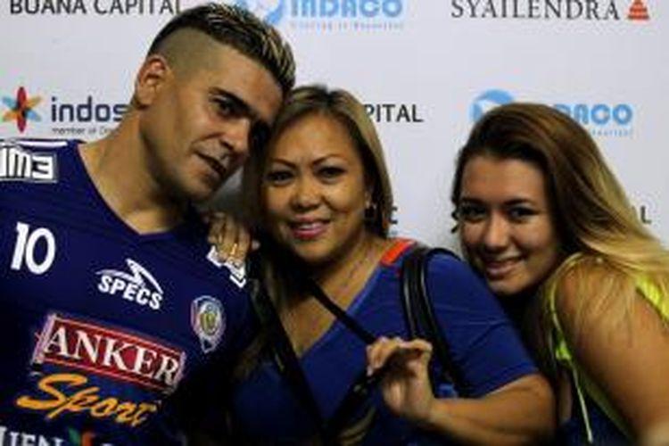 Cristian Gonzales bersama Eva dan Amanda, anak dan istrinya.