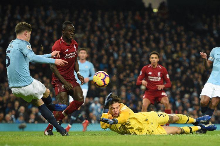 Sapuan John Stones atas tendangan Sadio Mane masih membentur Ederson Moraes pada pertandingan Manchester City vs Liverpool di Stadion Etihad dalam lanjutan Liga Inggris, 3 Januari 2019.