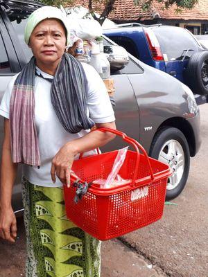 Di tengah hiruk pikuk kehidupan ibu kota, Nanik (54) tetap bertahan dengan pekerjaan sebagai jamu gendong keliling. Foto diambil Kamis (31/1/2019) di kawasan Palmerah, Jakarta Barat