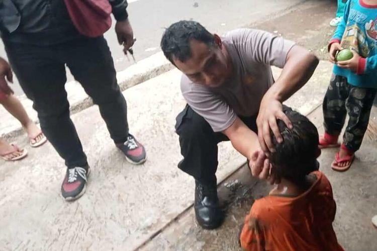 Bripka Cepy mengecek kondisi korban yang terjatuh ke sebuah sumur di Dusun Sedekan, Ciamis, Kamis (16/9/2021) pukul 17.00 WIB. Korban terjatuh ke sumur saat sedang bercanda dengan teman-temannya.