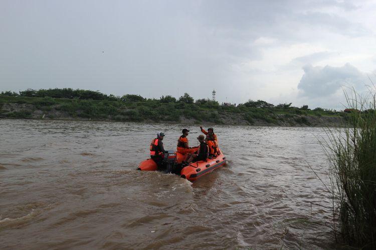 Petugas gabungan dari Basarnas dan BPPD Jombang, melakukan pencarian korban perahu terbalik di sungai Brantas di wilayah Dusun Klaci, Desa Brodot, Kecamatan Bandar Kedungmulyo, Kabupaten Jombang, Jawa Timur, Minggu (1/3/2020).