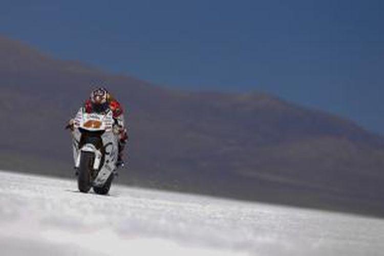 Pebalap CWM LCR Honda asal Australia, Jack Miller, memacu motornya di gurun garam Salinas Grandes, Argentina, Kamis (16/4/2015).