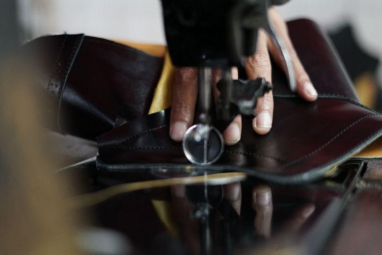 Proses pembuatan sepatu Junkard.