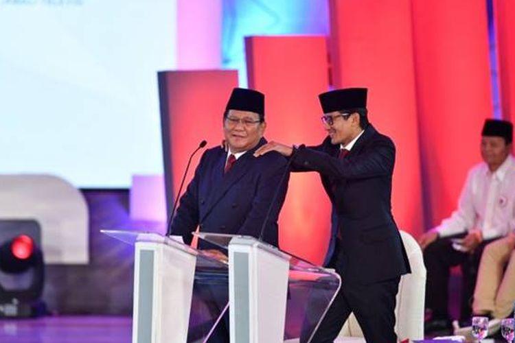 Sandiaga Uno memijat pundak Prabowo ketika ia ingin menanggapi pernyataan Jokowi.