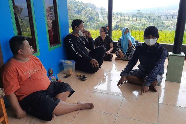 Keluarga besar pemilik bubur ayam malam di Kota Tasikmalaya ya g didenda Rp 5 juta memilih pulang kampung ke rumahnya di Kecamatan Malangbong, Kabupaten Garut, Jumat (9/7/2021).