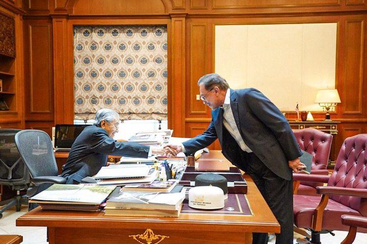 Presiden Partai Keadilan Rakyat (PKR) Anwar Ibrahim bertemu dengan Perdana Menteri Malaysia Mahathir Mohamad di kantornya, Kamis (20/6/2019)