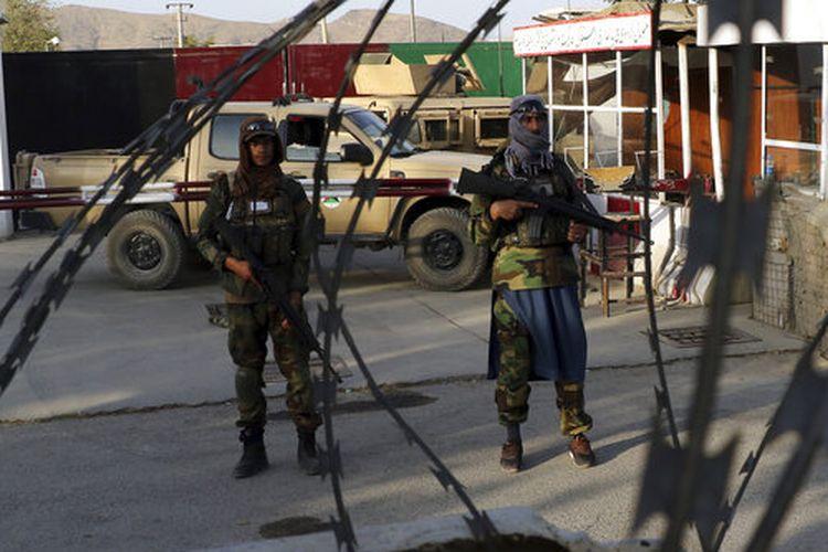 Taliban berjaga di pos pemeriksaan dekat gerbang Bandara Internasional Hamid Karzai di Kabul, Afghanistan, Sabtu, 28 Agustus 2021.