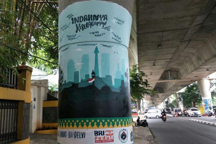 Mural bergambar pesan Indahnya Keberagaman dan berbagai tulisan dalam bahasa daerah di Indonesia di tiang beton Jalan Layang Non-tol (JLNT) Antasari, Jakarta Selatan. Foto diambil Rabu (14/3/2018).