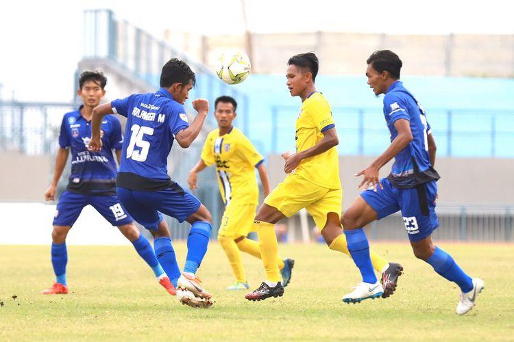 Tim asal Gresik, Putra Sunan Giri (kuning) lolos ke Liga 2 2020 setelah menahan imbang Semeru FC (biru) dengan skor 1-1 di Stadion Joko Samudro Gresik, Jawa Timur, Kamis (26/12/2109) sore.