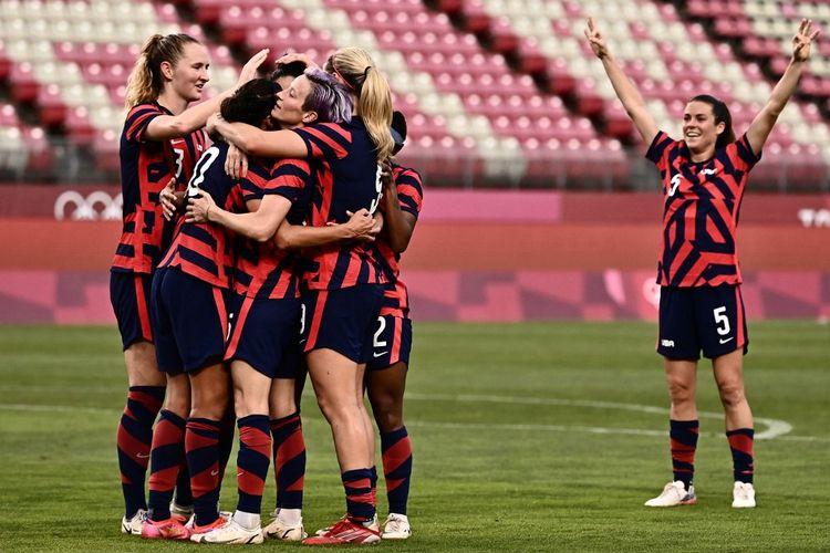 Timnas putri Amerika Serikat merayakan gol melawan Australia pada pertandingan perebutan medali perunggu di Ibaraki Kashima Stadium, Kamis (5/8/2021).